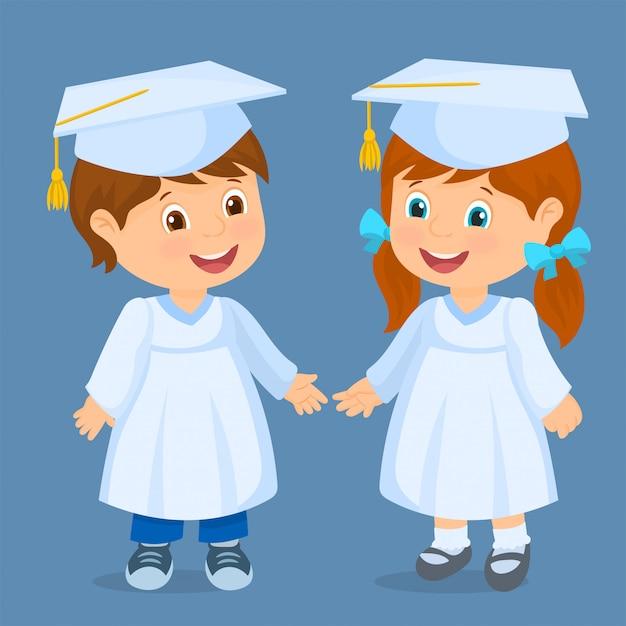 幸せな子供たちが卒業しました。キャップを持つ子供のカップル Premiumベクター