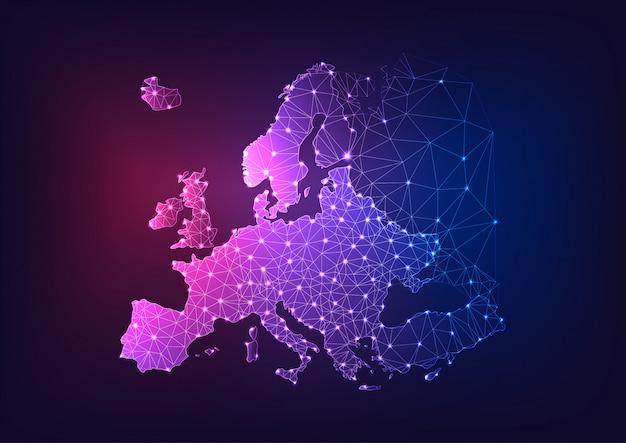 暗い青と紫の背景に未来的な輝く低多角形ヨーロッパ大陸の地図。 Premiumベクター