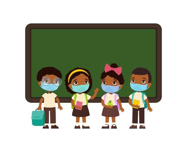 顔に医療用マスクをした生徒。黒板の漫画のキャラクターの近くに立っている制服を着た黒い肌の男の子と女の子。ウイルス保護、アレルギーの概念。 無料ベクター