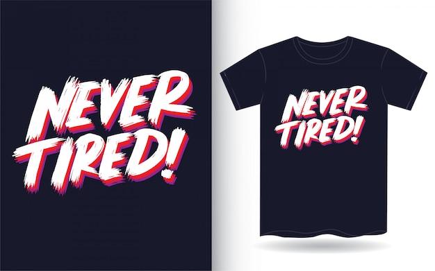 Никогда не уставший ручной надписи слоган для футболки Premium векторы