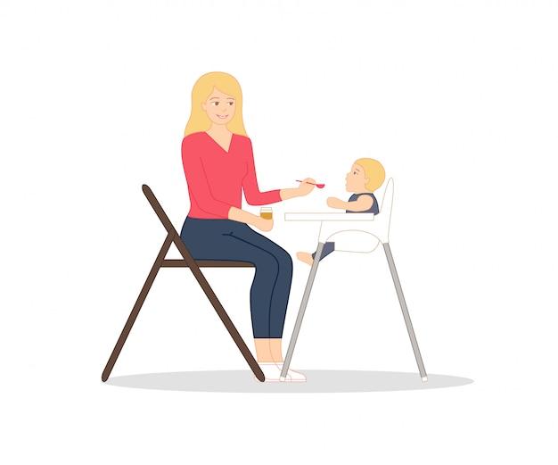 若い母親はスプーンと手で赤ちゃんのピューレの瓶と椅子に座っています。 Premiumベクター