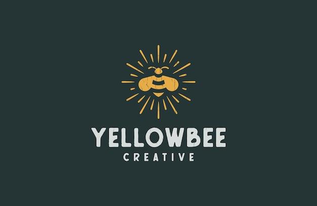 Классическая желтая пчела с логотипом в стиле ретро Premium векторы