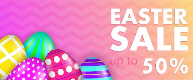 Пасхальная распродажа, до пятидесяти процентов надписи с разукрашенными яйцами Бесплатные векторы