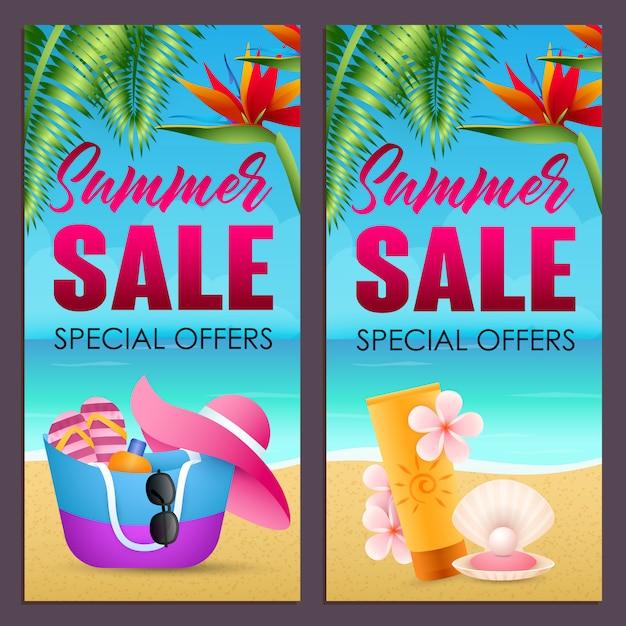 Летняя распродажа надписи с сумкой, шляпкой и солнцезащитным кремом на пляже Бесплатные векторы