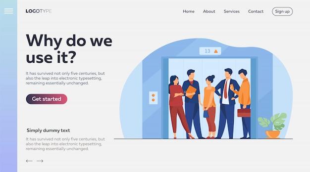 Сотрудники используют лифт офисного здания Бесплатные векторы