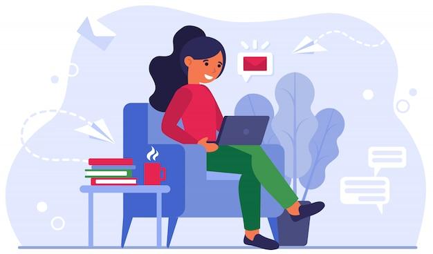 Молодая женщина в домашнем офисе плоский векторные иллюстрации Бесплатные векторы