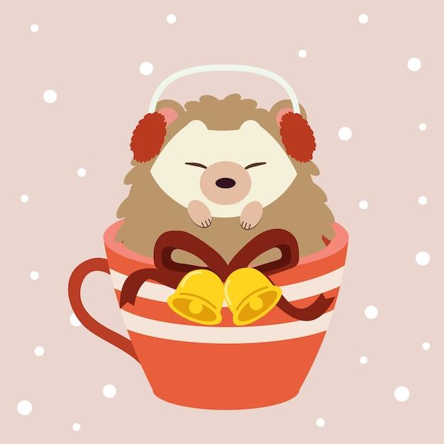 雪でピンクの背景に大きな赤いカップに座っているかわいいハリネズミのキャラクター。 Premiumベクター