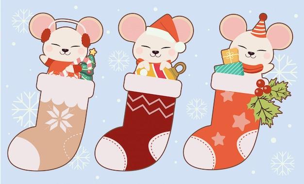 クリスマスの靴下とクリスマスツリーとクリスマスボールとギフトボックスセットでかわいいマウスのコレクション。 Premiumベクター