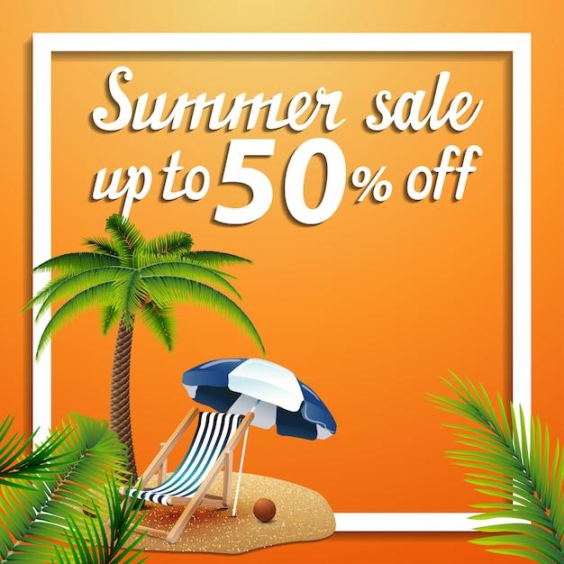 夏のセール、ヤシの木、ビーチチェア、ビーチパラソルの割引正方形ウェブバナー Premiumベクター