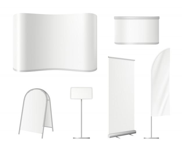 Рекламные заготовки стендов. рекламная экспозиция пустого пространства с настенными баннерами на столе Premium векторы