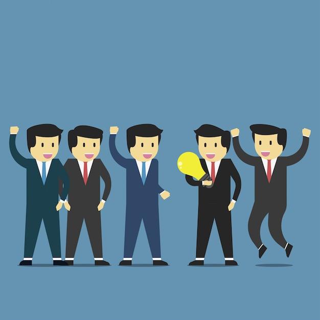 ビジネスマンはアイデアを得るし、チームによって受け入れられる達成を得る。 Premiumベクター