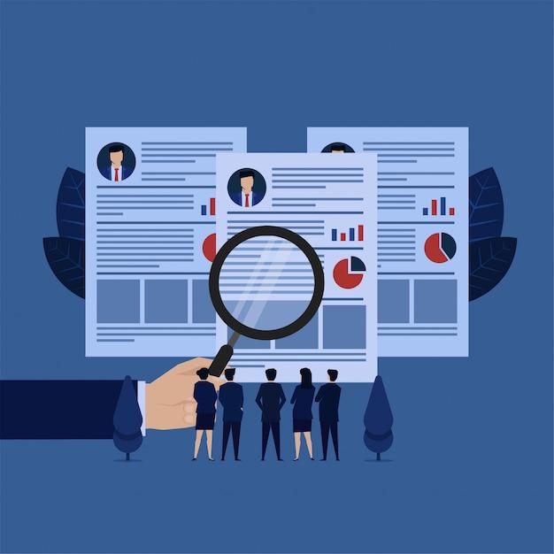 ビジネスハンドホールド履歴書マネージャーと採用のチームレビューメタファーを拡大します。 Premiumベクター