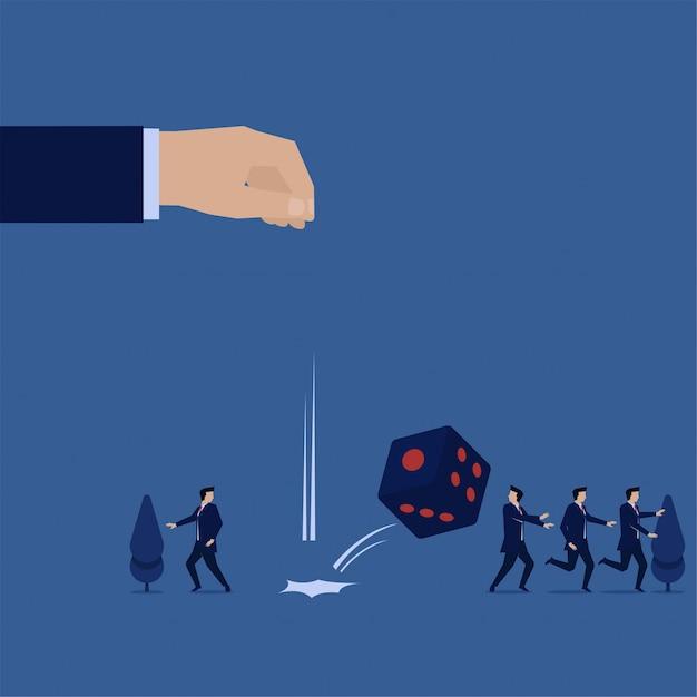 ビジネスフラットコンセプト手ドロップサイコロとチームは、リスクと機会の恐ろしいメタファーを実行します。 Premiumベクター