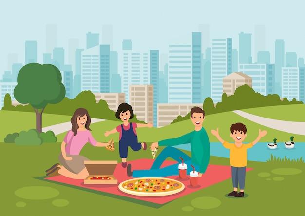 漫画幸せな家族は、公園でピクニックにピザを食べます。 Premiumベクター
