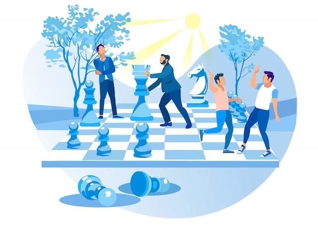 男性はシティパークでビッグチェスをします。チェスの駒。 Premiumベクター
