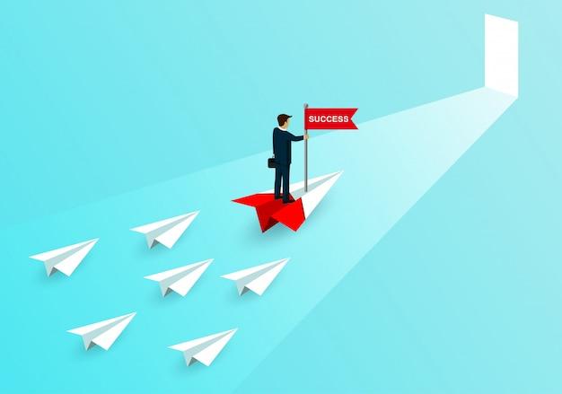 Бизнесмен стенд поймать флаг на бумажный самолетик красный соревнования с белой бумаги самолетов. идти к двери цели успеха в бизнесе Premium векторы