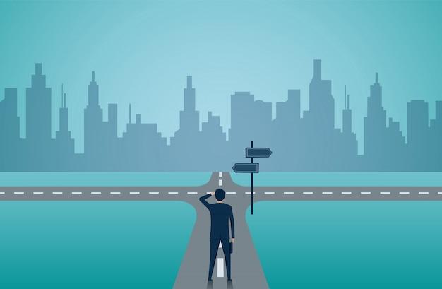 道路上の交差点に立っているビジネスマン。 Premiumベクター