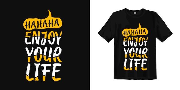 Хахаха, наслаждайся жизнью, типография веселая футболка Premium векторы