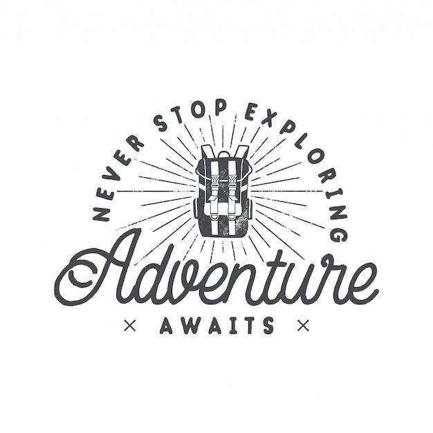 バックパッキング冒険プリントデザイン、バックパックとフレーズ付きのロゴエンブレム - 探検を止めないで、冒険を待っている Premiumベクター
