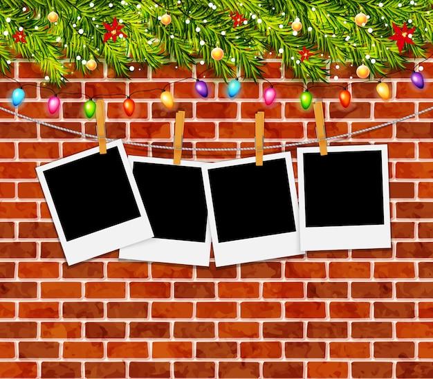 クリスマスツリーの枝、花輪、レンガの壁とグリーティングカード Premiumベクター