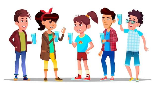 Жаждущие персонажи дети пьют воду Premium векторы
