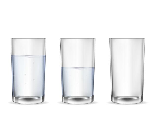 水カップセットと現実的な空のグラス。 Premiumベクター