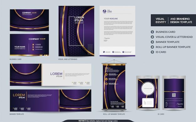 豪華な紫の文房具セットと抽象的な重複レイヤーの背景を持つ視覚的なブランドアイデンティティをモックアップします。 Premiumベクター