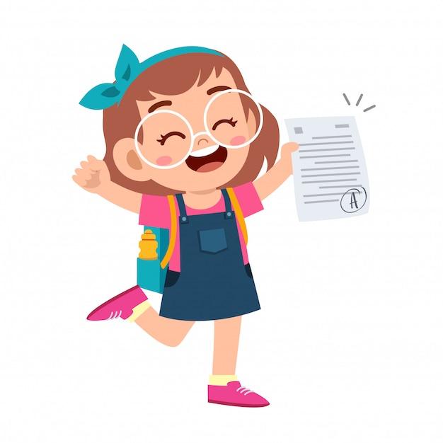 幸せなかわいい子供の女の子は良い試験マークを持っています Premiumベクター