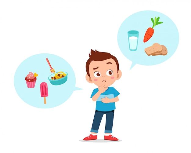 Счастливый милый малыш мальчик думаю выбрать еду Premium векторы