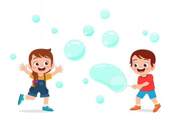 かわいい子供の男の子と女の子がバブルイラストを吹く Premiumベクター