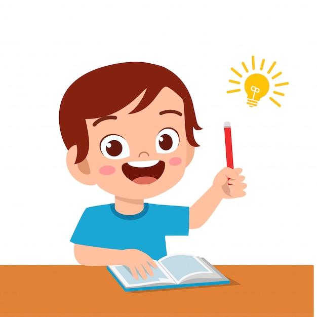幸せなかわいい子供男の子勉強一生懸命考える Premiumベクター