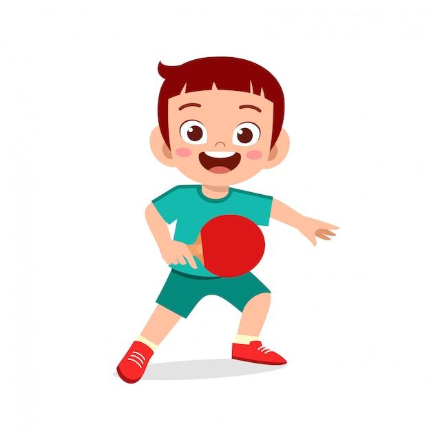 Счастливый милый мальчик малыш играет в пинг-понг Premium векторы