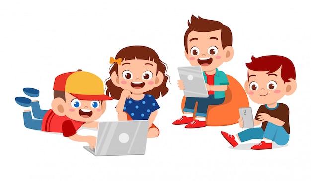 タブレットを使用して幸せなかわいい子供たち Premiumベクター