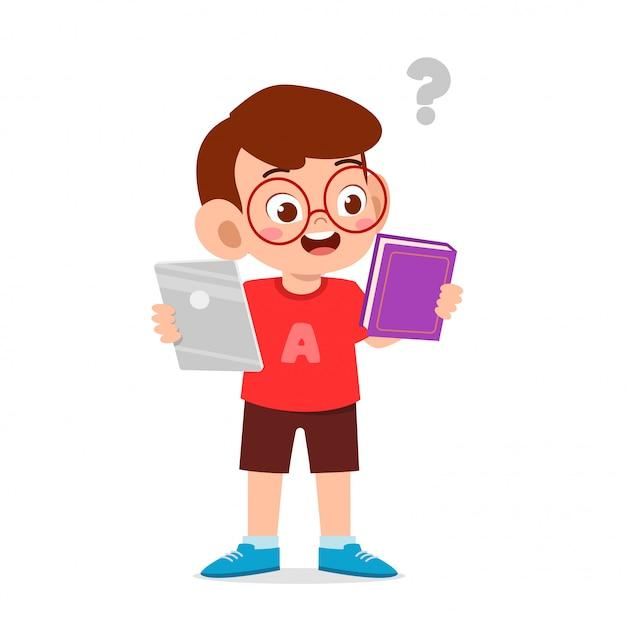 幸せなかわいい子供男の子は電話と本の間で選択します Premiumベクター