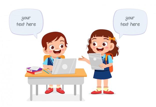 Счастливые милые дети мальчик и девочка учатся вместе Premium векторы