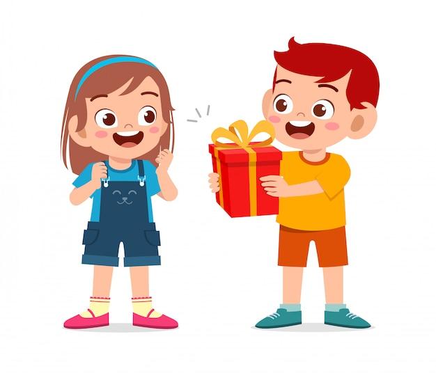 幸せなかわいい男の子が友人にプレゼントを与える Premiumベクター