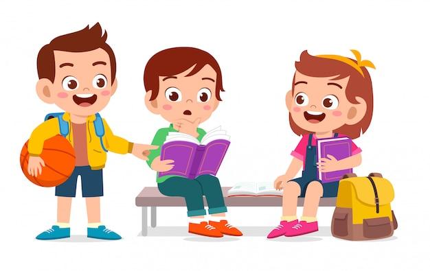 Счастливые милые дети читают книгу вместе Premium векторы