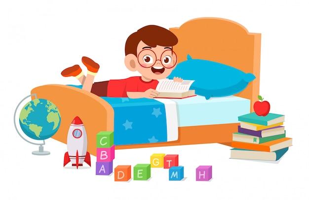 部屋で読んで幸せなかわいい子供男の子 無料ベクター