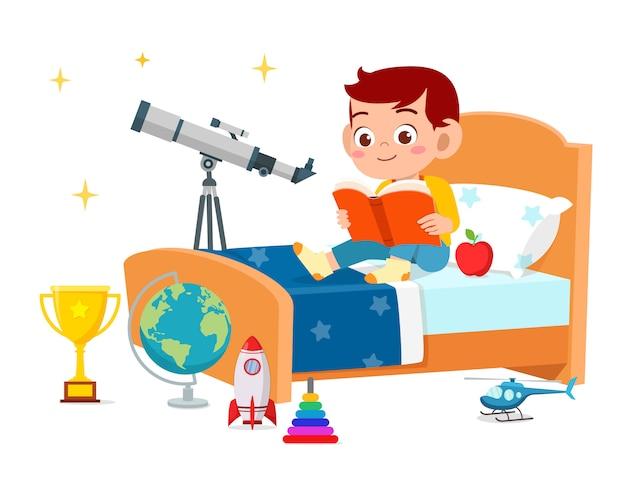 Счастливый милый маленький малыш мальчик читал книгу в спальне Бесплатные векторы