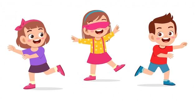 Счастливый милый маленький мальчик и девочка играют с завязанными глазами Premium векторы
