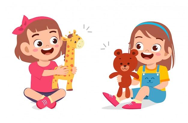 幸せなかわいい子供女の子人形で遊ぶ Premiumベクター