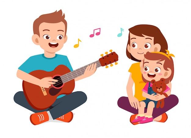 Счастливая милая семья мама папа сын дочь играть на гитаре Premium векторы