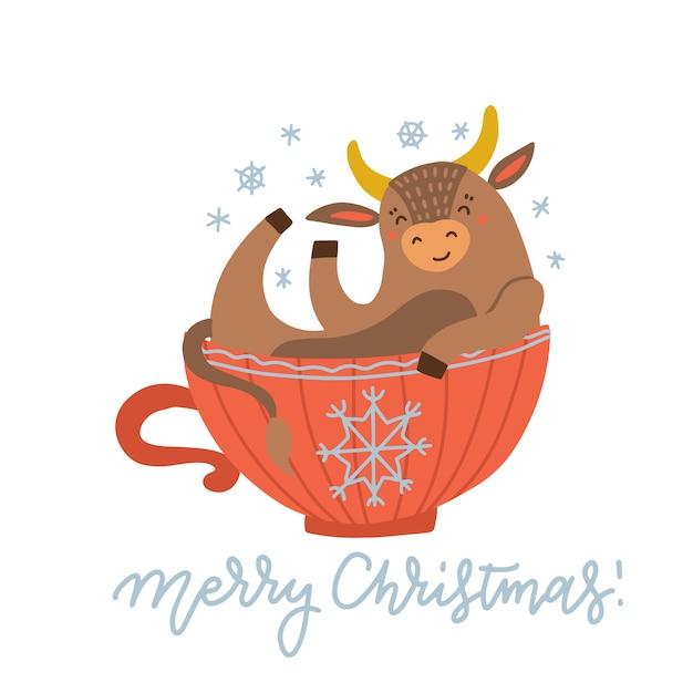 Милая корова сидит в красной чашке. новогодняя атмосфера. Premium векторы