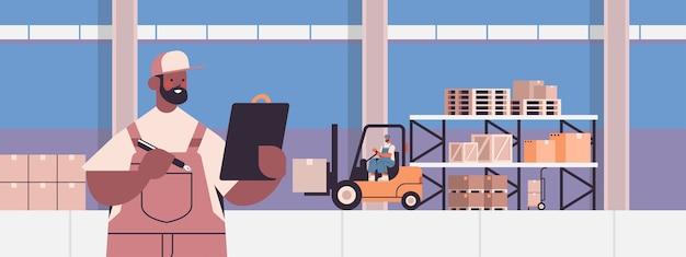 制服を着たアフリカ系アメリカ人の配達員小包エクスプレス配達貨物ロジスティクスまたは郵便サービスコンセプト倉庫インテリアポートレート Premiumベクター