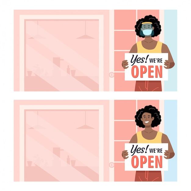 Афро-американская женщина, носящая защиту, держит открытый знак перед своим магазином Premium векторы