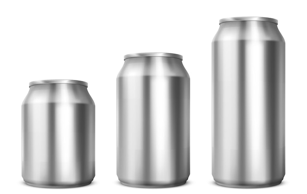 白い背景で隔離されるソーダまたはビールのための異なるサイズのアルミ缶。飲み物の正面図の金属缶のベクトルのリアルなモックアップ。冷たい飲み物のための空白の銀のパッケージの3dテンプレート 無料ベクター
