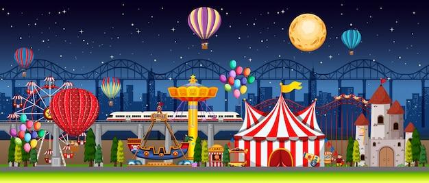 Сцена в парке развлечений ночью с воздушными шарами и луной в небе Бесплатные векторы