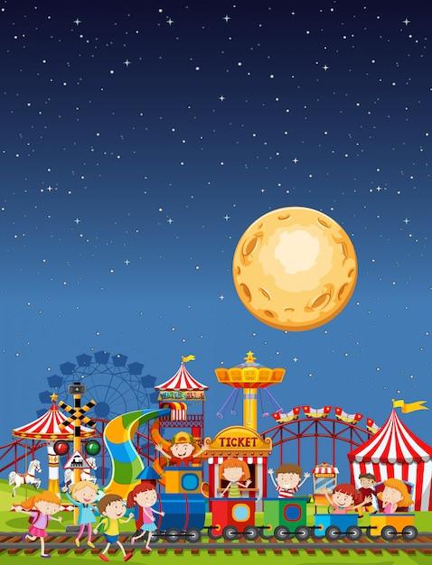 Сцена в парке развлечений ночью с луной в небе Бесплатные векторы