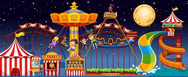 Scena del parco di divertimenti di notte con la luna nel cielo Vettore gratuito