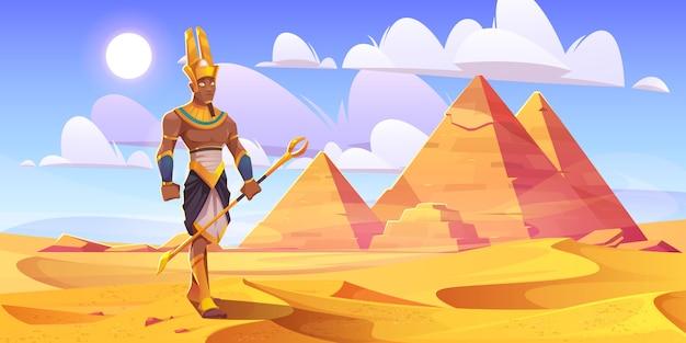Antico dio egizio amon nel deserto con piramidi Vettore gratuito